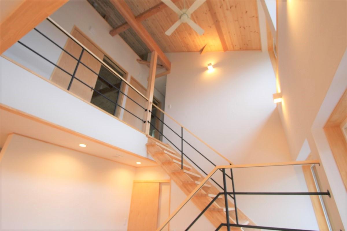階段から二階を見る