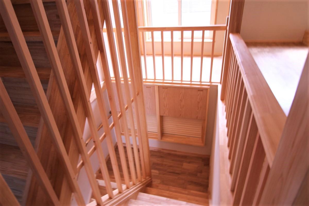 階段踊り場に取り付けた熱循環窓(1階と2階の循環)